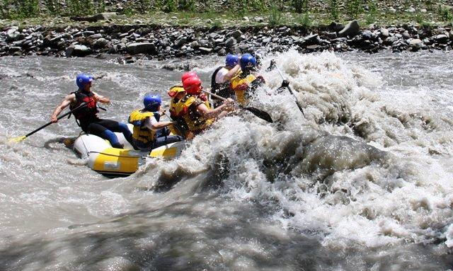 11886363-rafting-on-the-aragvi-georgia-caucasus