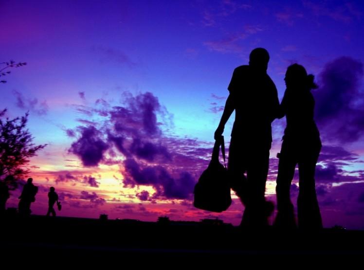 silhouette-couple-walking-maldives-882183671-800x595