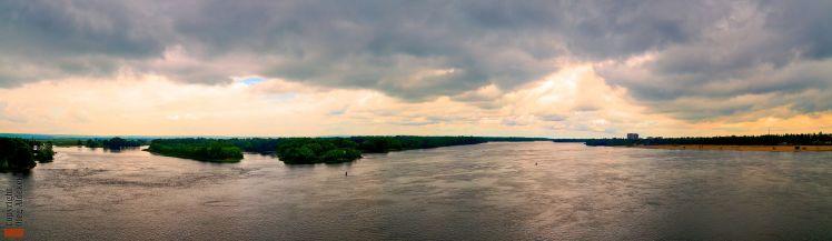 Dnieper_River_from_Kryukivs'kyi_bridge_in_Kremenchuk,_Ukraine