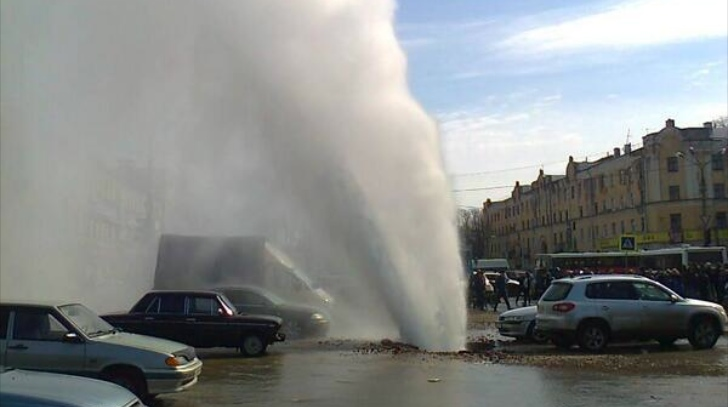 huge-boiling-water-geyser-erupts-in-smolensk-car-park-video_2