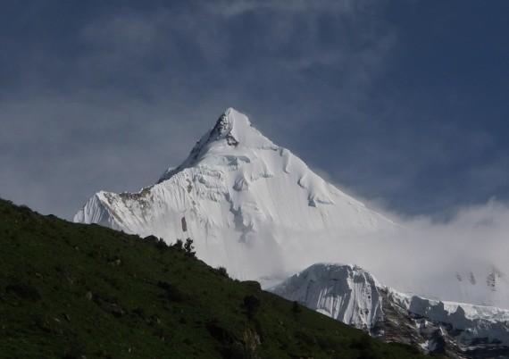 Gangkhar-Puensum-570x402