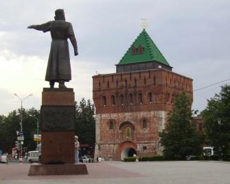 Monument-to-Kuzma-Minin-and-Dmitrovskaya-Tower-of-Kremlin-In-The-Nizhny-Novgorod-city-Russia-1600x1289